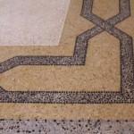 Immagine che ritrae una decorazione a fasce incrociate su pavimento alla veneziana a Trento
