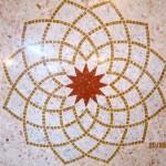 Immagine che ritrae una decorazione con inserti in mosaico su seminato rosa portogallo